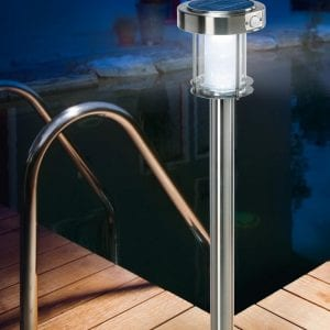 Illuminazione nottura con il lampioncino da giardino con pannello fotovoltaico, dotato di sensore di movimento.
