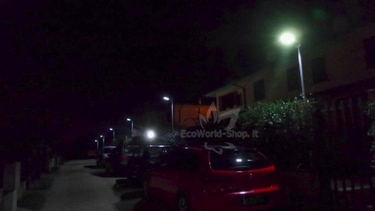 Illuminazione notturna con lampioni ad energia solare, distanza tra loro 10mt