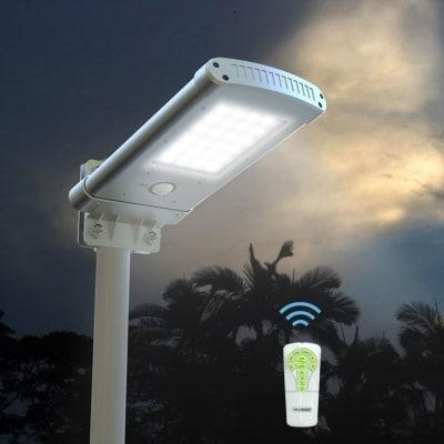 lampione con pannello fotovoltaico per illuminazione esterna notturna