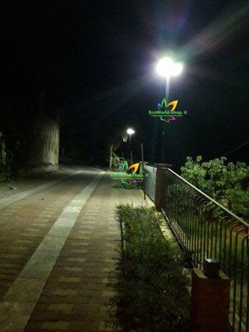 Illuminazione viale con lampione ad energia solare
