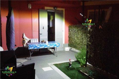 Illuminazione giardino esterno con lampione ad energia solare