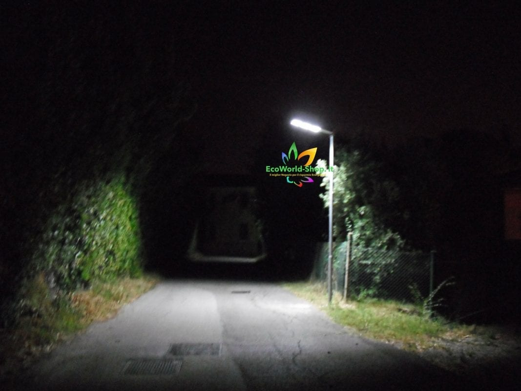 Lampione solare per illuminazione stradale