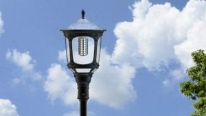 Lampione esterno con pannello fotovoltaico incorporato