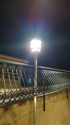 Lampione da esterno ad energia solare con pannello solare incorporato