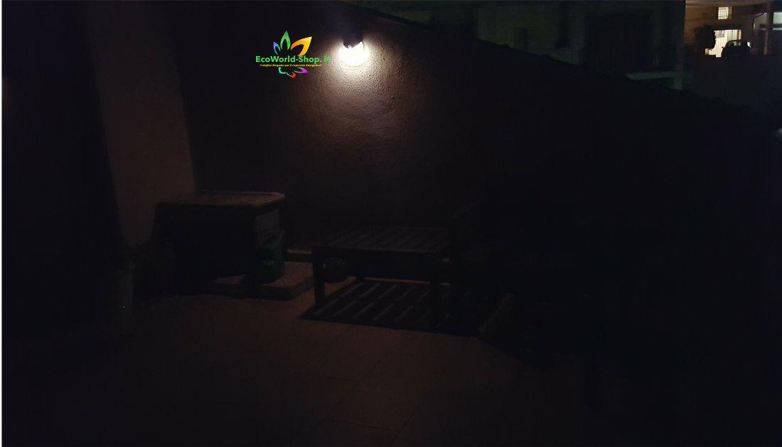 Lampada da parete con pannello fotovoltaico ecoworld - Lampade a energia solare da esterno ...