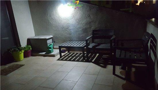 Lampada da parete con pannello fotovoltaico ecoworld - Lampada ad energia solare da esterno ...