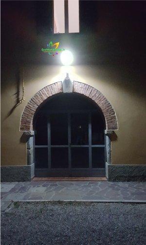 Lampione solare per illuminazione esterna
