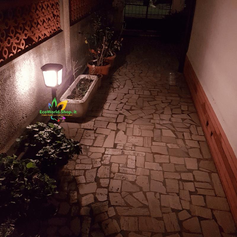 Lampada solare da giardino installata in vialetto
