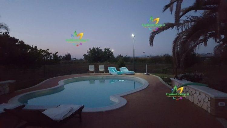 area esterna con piscina illuminata con lampione solare