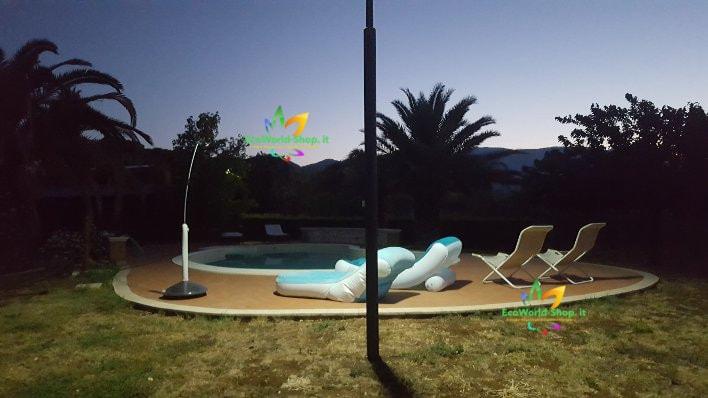 Illuminazione di una piscina con lampione solare 2000 lumen