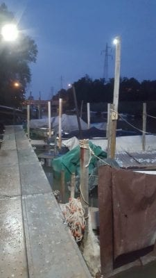 Barche di un posrtocciolo illuminate con i lampioni solari di EcoWorld-Shop.it