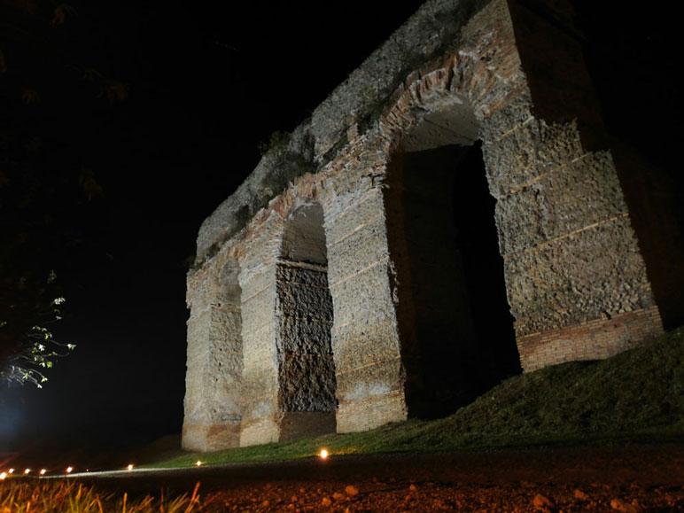 Illuminazione di un antico acquedotto Romano con un faro ad energia solare
