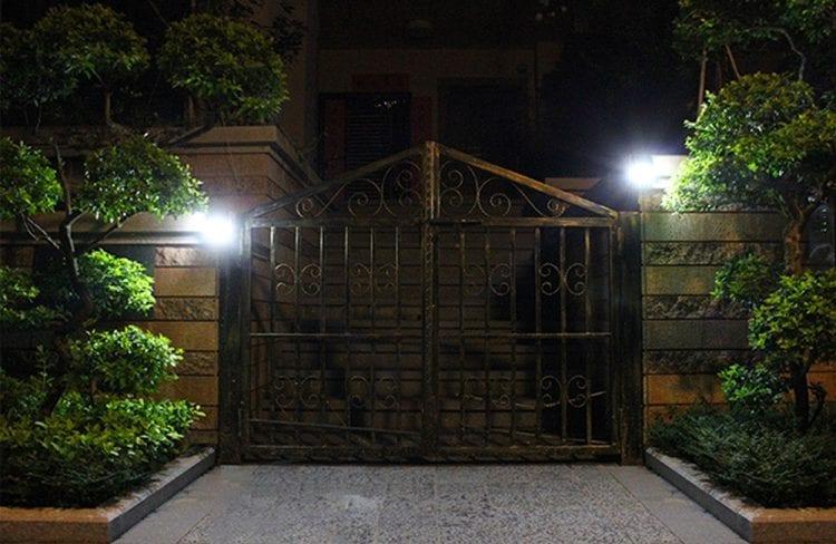Illuminazione di un cancello con lampade ad energia solare 600 lumen TUCAN 2