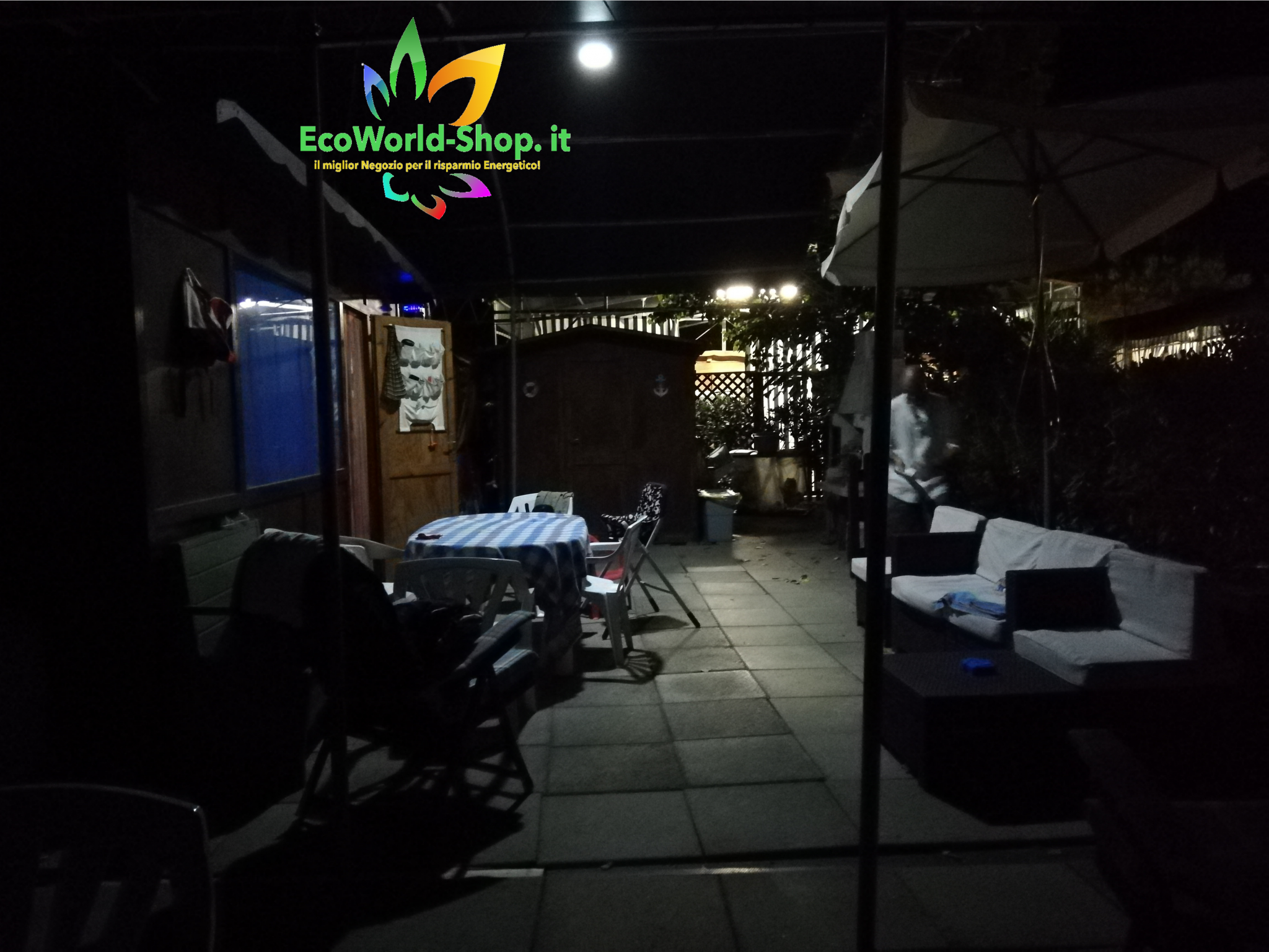 Illuminazione notturna con faro ad energia solare da esterno