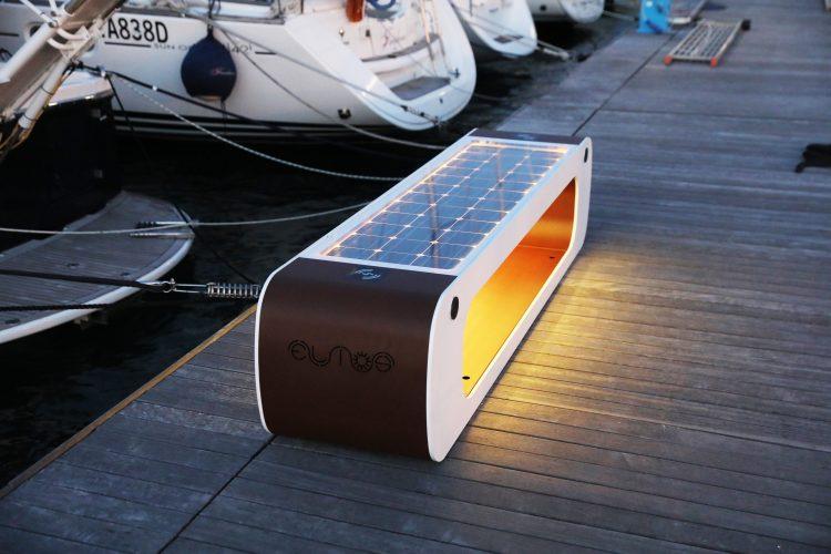 panchina ad energia solare per ricarica dispositivi tramite usb e wireless