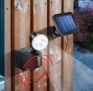 Illuminazione esterna con faretto solare, fonte luminosa orientabile e pannello fotovoltaico incorporato