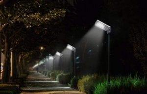 Lampioni solari illuminazione viale parco